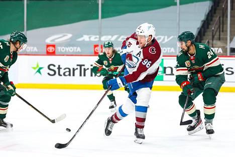 Mikko Rantanen (numero 96) hyökkäsi Minnesotan puolustuksen keskeltä maanantai-illan ottelussa.