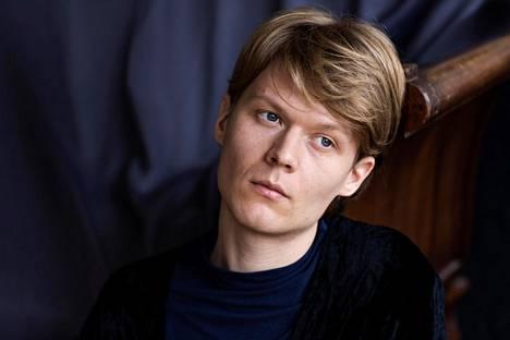 Jyri Vartiainen on kirjoittanut aiemmin kaksi taiteilijaromaania ja harhailevan parisuhderomaanin.