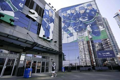 Koronaviruksen kouriin joutunut Vancouver Canucks on pelannut viimeksi 24. maaliskuuta. Kuva Canucksin kotiareenan Rogers Placen edustalta 5. maaliskuuta 2021.