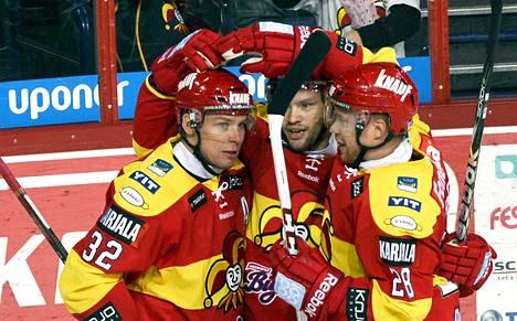 Jokereiden Riku Hahl (vas.) ja Jani Rita (oik.) onnittelevat Jarkko Ruutua 2-0-maalista jääkiekon Liigan ottelussa Jokerit - Ässät.
