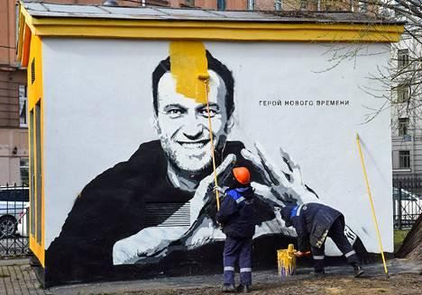 Oppositiopoliitikko Aleksei Navalnyita esittävä graffiti maalattiin Pietarissa nopeasti piiloon.