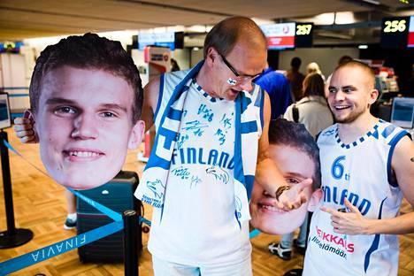 Jyri Heikkinen (vas.) ja Janne Virtanen lähtivät kannustamaan Susijengiä. Heillä on Lauri Markkasen kuvat mukanaan.