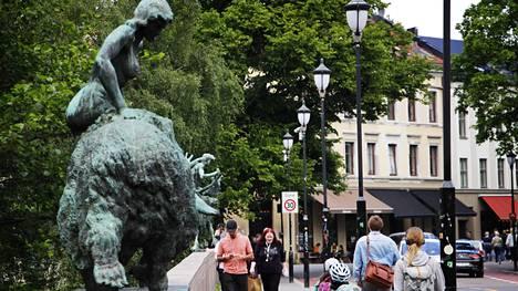 Norjalaisilla satuhahmoveistoksilla koristeltu Ankerbrua johdattaa Grünerløkkan ydinalueille.