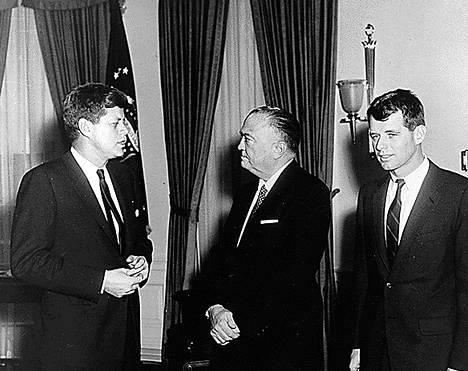 USA:n presidenttit John F. Kennedy (vas.), FBI johtaja J.Edgar Hoover ja oikeusministeri Robert F. Kennedy (oik.) presidentin virkahuoneessa Valkoisessa talossa helmikuussa vuonna 1961.