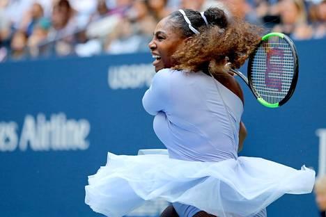Serena Williams löi tehokkaasti sunnuntaina neljännen kierroksen ottelussa Yhdysvaltojen avoimissa.