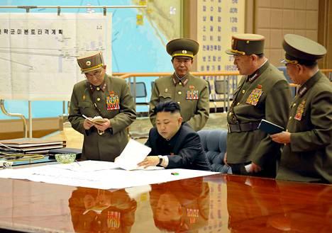 Pohjois-Korean valtiollisen uutistoimiston julkaisemassa kuvassa diktaattori Kim Jong-unin ja sotilaskomentajien kerrottiin suunnitelleen perjantaina iskua Yhdysvaltoihin.