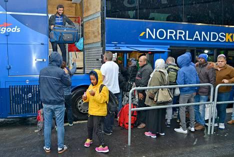 Rajavartiolaitos, tulli ja poliisi tiukensivat valvontaa Ruotsin rajalla. Somalialainen Foz Ilyoz (keltainen takki) saapui Tornioon tiistaina äitinsä kanssa.