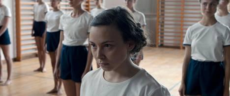 Lene Cecilia Sparrokin Saamelaisveressä näyttelemä Elle Marja joutuu koulussa kiusaamisen ja syrjinnän kohteeksi.