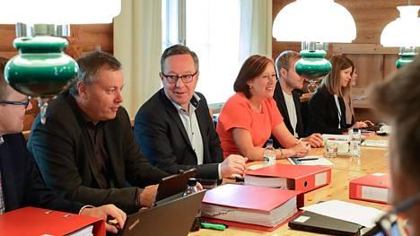 Valtiovarainministeriö aloitti syksyn budjettineuvottelut Espoon Moisniemessä, mutta veropäätöksiä tehdään vasta syyskuussa. Kuvassa keskellä vasemmalta erityisavustaja Markus Lahtinen, valtiovarainministeri Mika Lintilä (kesk) ja kunta- ja omistajaohjausministeri Sirpa Paatero (sd).