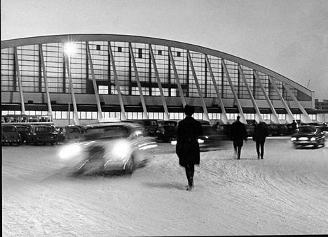 Jaakko Tähtisen suunnittelema Hakametsän jäähalli korvasi valmistuessaan tammikuussa 1965 Koulukadun tekojääradan tamperelaisen jääkiekkoilun keskipisteenä. Kuva vuodelta 1967.
