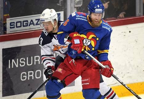 Jokerien Topi Jaakola yritti pitää kurissa Magnitogorskin Jan Kovarin.