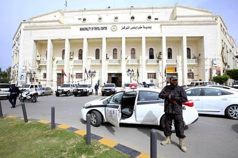 Asemies vartioi hallintorakennusta Tripolissa tiistaina.