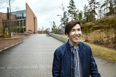 Afganistanilainen Saeed sanoo olevansa 16-vuotias, mutta Ruotsin maahanmuuttovirasto arvioi hänen olevan 18. Saeed pelkää nyt palautusta Afganistaniin. Hänen perheensä asuu paperittomana Iranissa. Saeed sanoo, että hän yrittää ajatella vain tätä hetkeä ja opiskelua Ruotsissa.