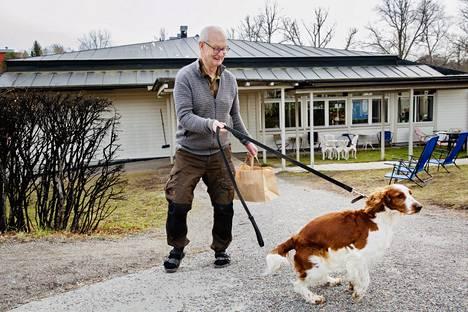 Inge Bergseth osti itselleen ja 92-vuotiaalle ystävälleen Åkelle take away -lounasta lähiravintolasta Tukholmassa maanantaina.