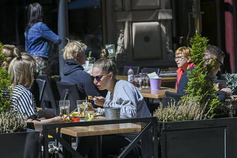 Asiakkaita ravintolan terassilla lounasaikaan Helsingissä 2. kesäkuuta. Suomalaiset ovat saattaneet nauttia ravintolaruokaa paikan päällä kesäkuun alusta lähtien.