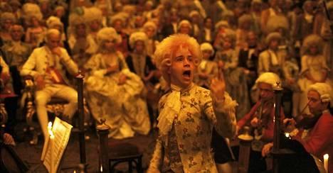 Milos Formanin ohjaama Amadeus (1984) noudatti tarkoin Mozartin ajan tyyliä. Pääosan esittäjän Tom Hulcen kolmiosaisen puvun liivi on 1700-luvulta. Pukukokonaisuus on mukana tulevassa näyttelyssä ja kirjassa.