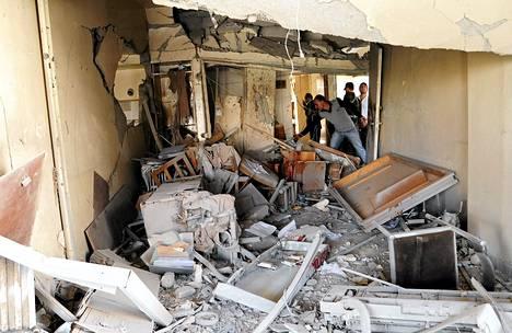 Syyrian turvallisuusjoukkojen jäsenet tutkivat räjähdyksen aiheuttamia vaurioita rakennuksessa Damaskoksen keskustassa.