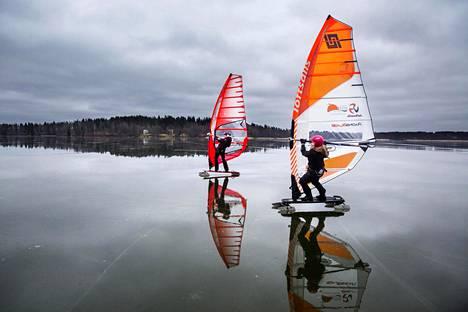 Harrastajat etenevät talvisurffauksessa yleensä noin 40–60 kilometrin tuntivauhtia, kilpatasolla vauhti voi olla jopa 110 kilometriä tunnissa. Anna Arosilta-Gurvits ja Marianne Rautelin talvisurffaavat Bodom-järvellä.