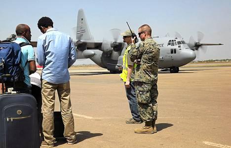 Yhdysvaltojen sotilas vartioi evakuointilentoa lauantaina Etelä-Sudanin pääkaupungissa Jubassa.
