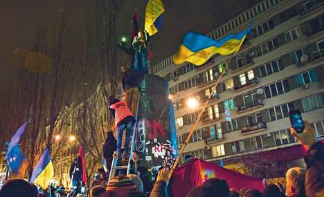 Mielenosoittaja nousi sunnuntaina Ukrainan pääkaupungissa Kiovassa jalustalle, jolla oli hetkeä aiemmin seissyt Leninin patsas.