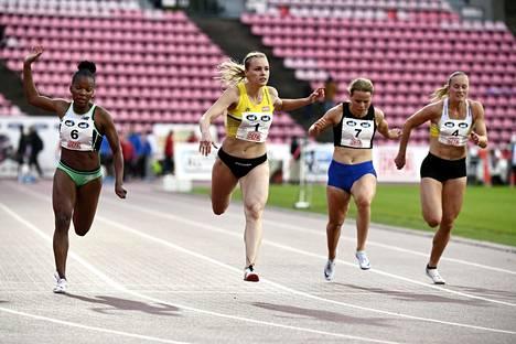 Anniina Kortetmaa (2.vas.) voitti 100 metrin finaalin yleisurheilun Teemakisoissa Tampereella 23. heinäkuuta.