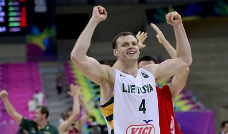 Martynas Ocius juhlii Liettuan voittoa MM-koripallon puolivälierässä Turkkia vastaan. Liettua meni Barcelonassa pelatussa ottelussa välieriin luvuin 73–61.