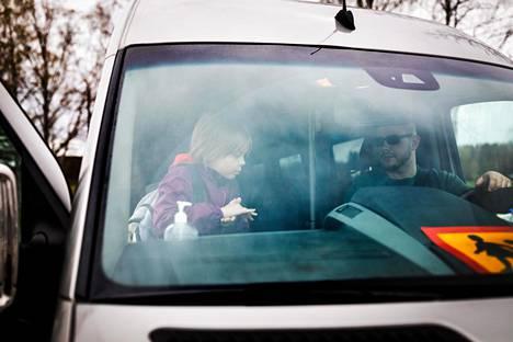 Aarni Pulakka ottaa käsidesiä ennen kuin istuu kotiin vievän taksin kyytiin. Kuskina Ville Toivonen.