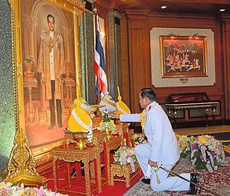 Thaimaan armeijan komentaja Prayuth Chan-ocha polvistui maanantaina kuningas Bhumibolin muotokuvan edessä.