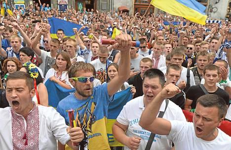 Ukrainalaiset Kiovan Dynamon, Karpaty Lvivin ja Šahtar Donetskin jalkapallofanit huusivat tunnuslauseita Yhtenäisyyden marssi -nimisessä kulkueessa Lvivissä heinäkuussa 2014.