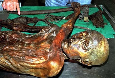 Jäämies Ötzin ruumis löytyi Tirolista, Ötztalin Alpeilta vuonna 1991. Sen jälkeen muumioitunutta kuparikautista ruumista on tutkittu ahkerasti.