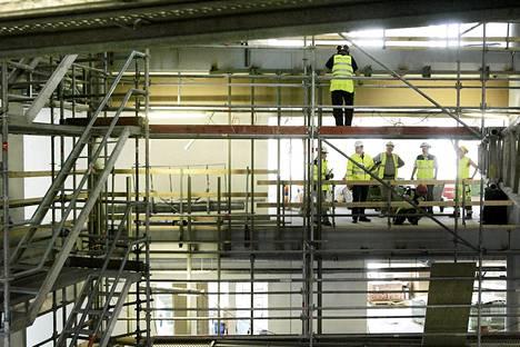 Maanmittauslaitoksen ruuhka on vaikuttanut erityisesti rakennusliikkeiden toimintaan. Kuva on Skanskan rakennustyömaalta.
