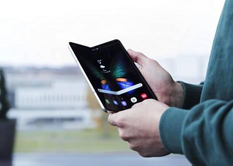 Samsung Galaxy Fold on ensimmäinen Suomessa myyntiin tuleva taittuvanäyttöinen puhelin.