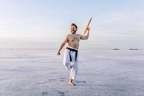 """Jii Roikonen keksi poseerata meren jäällä karateasussa. Mukaan hän askarteli jättikynän. """"Siellä oli niin jäätävä viima, etten ehkä pystynyt olemaan kovin visuaalinen"""", Roikonen huolehtii suotta."""
