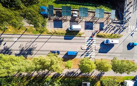 """Yli 700 metrin jono Lähes <span class=""""nbsp"""">&nbsp;</span>1 000 ihmisen leipäjono kiemurteli maanantaina puiden katveessa halki Myllypuron kaupunginosan."""