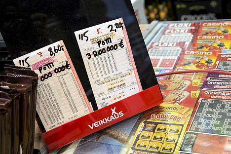 Poliisihallituksen viime kesänä antama aggressiivisen rahapelimarkkinoinnin kielto ei ole saanut Veikkausta lopettamaan rahapelien suullista markkinointia kauppojen ja kioskien kassoilla.