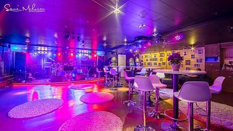Villa Granden alakerrassa on yökerhomainen illanviettotila, jossa on baarikulmaus, pokerikone, pajatso ja esiintymislava.