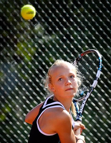 Oona Orpana harjoittelee Talissa Jarkko Niemisen nimeä kantavassa tennisakatemiassa.