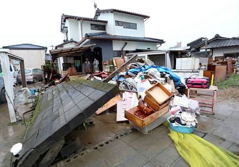 Tulvan tuhoama asuinrakennus kuvattuna Hitoyoshissa sunnuntaina.