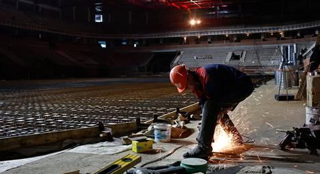 Zinovi Zabužni rakentaa jääkiekon maailmanmestaruuskisojen Tšižovka-areenaa Minskissä.