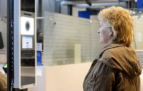 Helsingin Länsisatamassa on passintarkastuksessa käytössä kasvojentunnistus.