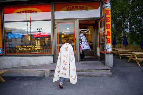 (01.12) Elokuvajuhlat alkoivat kolealla säällä. Jouni Hynynen (oik.) ja Tarja Huttu kääriytyivät viime elokuvajuhlilta ostamiinsa fleece-huopiin etsiessään hiljaiselta kylältä yöpalaa.