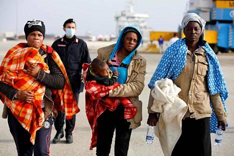Siirtolaiset astelivat Italian rannikkovartioston aluksesta Augustan satamaan Sisiliassa viime lauantaina.