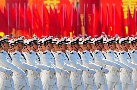 Kiinan laivaston sotilaat paraatissa Tiananmenin aukiolla lokakuussa 2009.