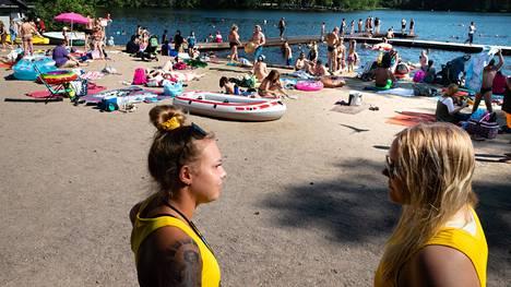 Vantaa on päättänyt lisätä valvontaa ja vartiointia Vantaan Kuusijärvellä. Kuvassa etualalla uimavalvojat Jemina Viljanen (vas) ja Juuli Miettinen.