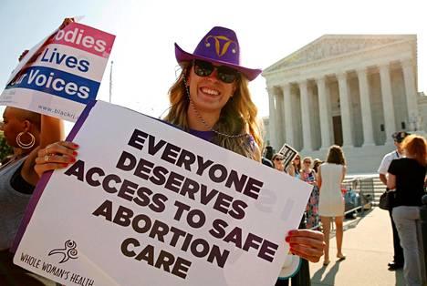Yhdysvaltojen eri osavaltioissa on kiristetty aborttiklinikoiden toimintaa viime vuosina. Aborttioikeutta tukeva mielenosoittaja korkeimman oikeuden edustalla Washingtonissa kesällä 2016.