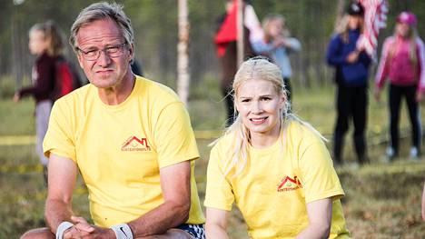 Taneli Mäkelä ja Pamela Tola suojalkapalloturnauksessa.