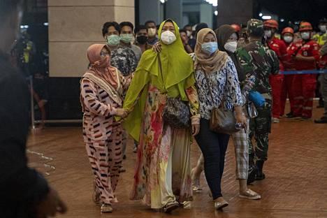 Kadonneiden matkustajien omaisia saapui Soekarno-Hattan lentoaseman kriisikeskukseen Jakartassa lauantaina.