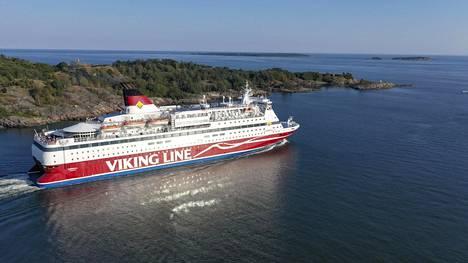 Viking Linen Gabriella Suomenlinnan ja Vallisaaren välissä.