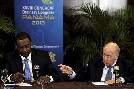 Fifan korruptiosta syytetty varajohtaja Jeffrey Webb (vas.) oli Fifan puheenjohtajan Sepp Blatterin (oik.) luottohenkilöitä. Kuva Concacafin kokouksesta Panamassa vuonna 2013.