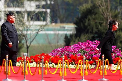 Kim Jong-un käveli pikkusiskonsa Kim Yo-jongin perässä Pjongjangissa huhtikuussa.